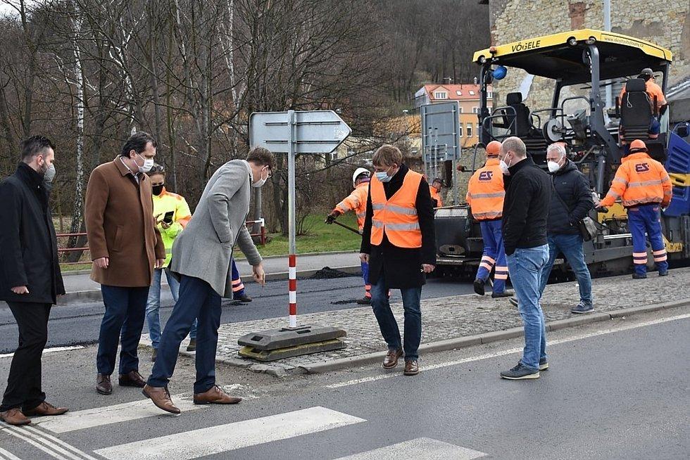 Jak práce pokračují, přijel do Slaného zkontrolovat krajský radní pro dopravu Martin Kupka (ODS).