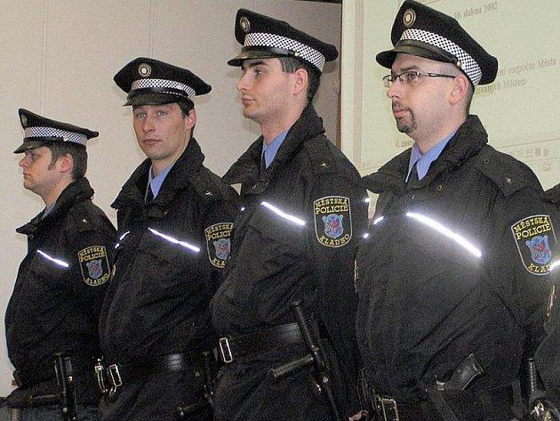 Noví kladenští strážníci složili svůj slib při úterním jednání zastupitelů ve velkém sále Kokosu na Sítné.