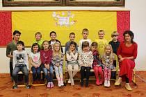 První třída spolu s učitelkou Katarínou Brunegrafovou a asistentkou pedagoga Lenkou Navrátilovou.