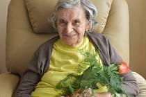 Jaroslava Skleničková z Lidic  na snímku s květinou, kterou jí donesl k 91. narozeninám fotograf Kladenského deníku.