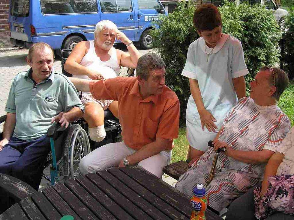 Zdeněk Syblík  je ředitelem Domova pro seniory v Kladně.  Přesto, že je ve své nové funkci teprve několik dnů, už nyní má velké plány na zlepšení života lidí v tomto zařízení.
