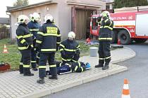 ŽILINŠTÍ dobrovolní hasiči při nácviku vyproštění zraněných osob z havarovaného vozidla.