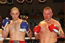 Vrcholem večera byl velmi tvrdý souboj Davida Hubičky (HGRTK) a Petra Holubce (MT Brno). Ten nakonec vyhrál před limitem zásahem rozhodčích. //