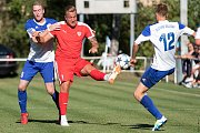 Slovan Velvary (v modrobílém) podlehl doma ve své historické premiéře v ČFL Sokolu Brozany 2:3 po penaltovém rozstřelu.