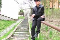PŘEDSEDA SPOLKU PODPRŮHON Vladimír Líba na jednom ze zanedbaných schodišť u bývalého Muňáku.