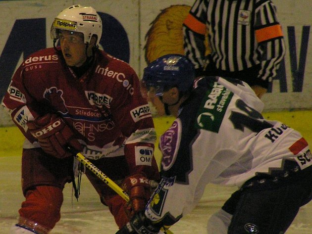 Berounský martin Čížek hrával za juniorku Kladna, teď válí v Berouně. Proti bývalému klubu takhle bránil Jiřího Kuchlera.