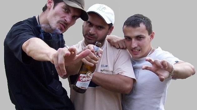 Geto T5. Feet Pino Cabeza (vlevo), M.N.X. (uprostřed) a jejich kamarád a tvůrce grafitti z Mostu Elon.