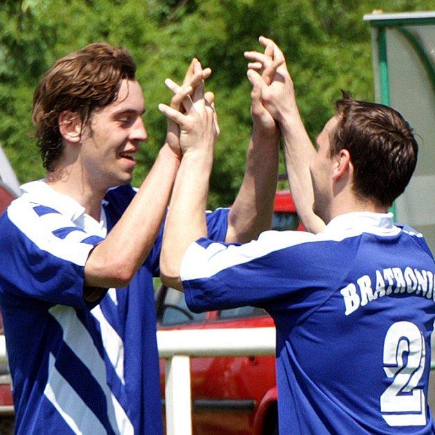 Bratroničtí se radují z gólu, v Lidicích vyhráli 4:2.