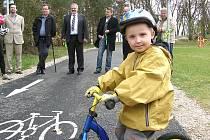 Nová cyklostezka je určena především pro rodiny s dětmi.