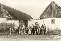 Žáci před první školou v Křivoklátské ulici.