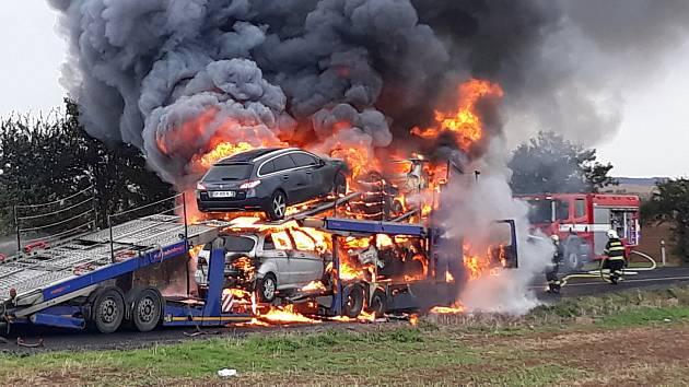 U Hořešoviček hořel tahač s návěsem naložený auty, dým bylo vidět na kilometry.