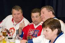 Hokejové legendy, vlevo Josef Horešovský, vpravo František Kaberle s manželkou Ludmilou. Uprostřed Josef Hošek, jehož Síň slávy najde své místo v Lánech.