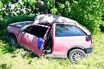Mladý šofér seatu skončil ve stromě na silnici u Třebíze. Utrpěl vážná zranění.