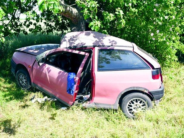 Mladý šofér seatu skončil ve stromě na silnici uTřebíze. Utrpěl vážná zranění.