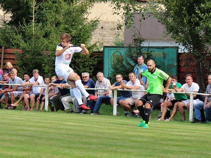 Velvary (v zeleném) prohrály v MOL Cupu s Hradcem Králové 0:1. Centruje Chrobák