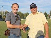 Jiří Nagy z Kladenského deníku (vlevo) předal předsedovi Slovanu Davidu Vedralovi cenu pro Fotbalistu roku - Radku Dvořákovi