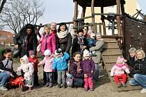 Rodiče a děti z Baby klubu ze slánské mateřinky U Divadla aktivně soutěží o Rákosníčkovo hřiště. O spolupráci požádali i Kladenský deník