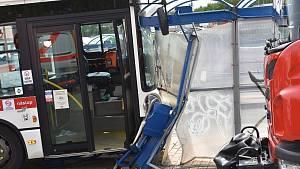 Autobus smetl zastávku ve Slaném