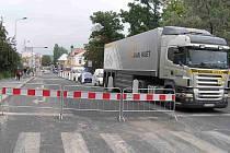 Ulice Dukelských hrdinů. Ještě v neděli zde bylo plánováno dopravní omezení, nicméně frekventovaná komunikace je už zcela průjezdná.