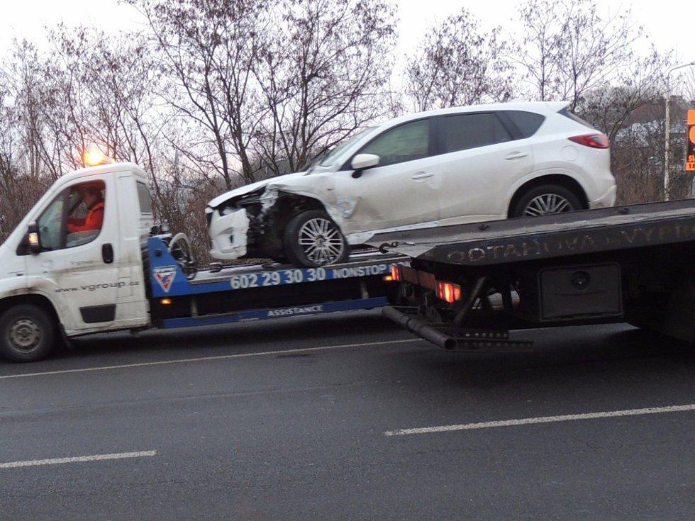 V Kladně bourala dvě auta. Jeden z řidičů od nehody utekl.