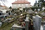 Vichřice zlámala i kaštan v Unhošti na hřibově. Větve poškodily náhrobky. Nikdo nebyl zraněn.