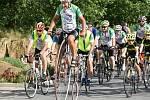 Na kole dětem - zastávka v Zichovci, kde byl i start první etapy.