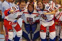 Tereza Šťastná (vlevo), coby mistryně světa v in line hokeji.