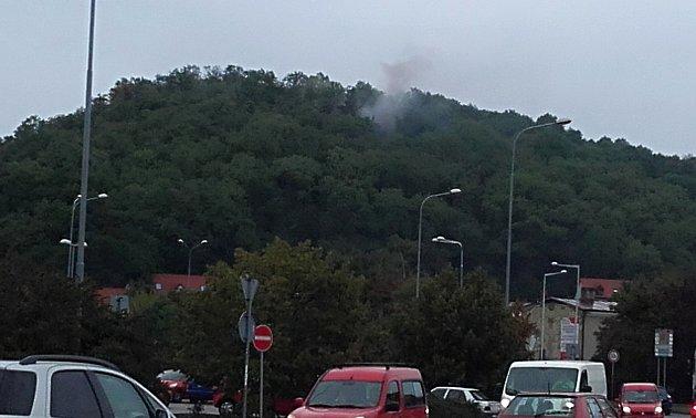 Dým stoupající ze Slandy vypadal zlověstně. Poplach způsobil oheň při vypalování kabelů.
