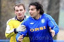 Vpravo dobřichovický dvoubrankový střelec Petr Kalivoda (kamarády zvaný Kalič či také Big Money), víceméně rozhodl utkání na Braškově