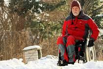 Hromady sněhu ve městech některé vozíčkáře úplně odřízly od běžného života.