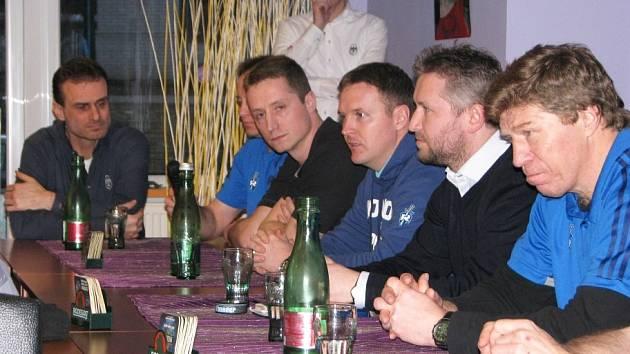 Tolik členů vedení a hráčů nikdy na setkání s fanoušky nedorazilo. Zprava Jan Neliba, Martin Vejvoda, Jiří Čelanský, Jiří Kuchler, schovaný Pavel Patera a Marcel Kučera.