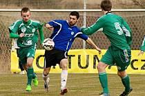 Vraný (v modrém) zachránilo remízu 1:1 s Hostouní v závěru. Tady se jeho útočník Vasil Jalaghonia prodírá obranou hostů, vlevo je Jan Čurda.