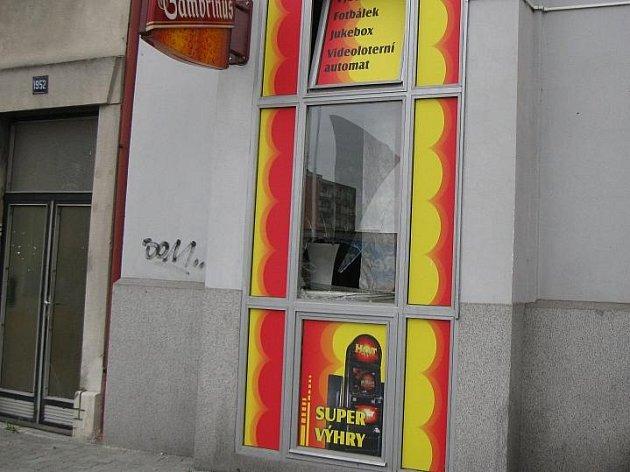 Objektem řádení vandalů se stala výloha herny v ulici Čs. armády v Kladně.