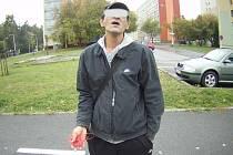 VÝBAVOU podezřelého muže byl provázek, kterým se chtěl dostat do vozidla.
