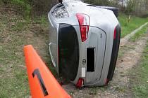 U Slaného se srazil náklaďák s osobákem, jedna žena se zranila.
