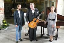 Vilém Zelenka (vlevo), Jan Irving a Ivana Bažantová Jandová po koncertě v dolínském kostele.