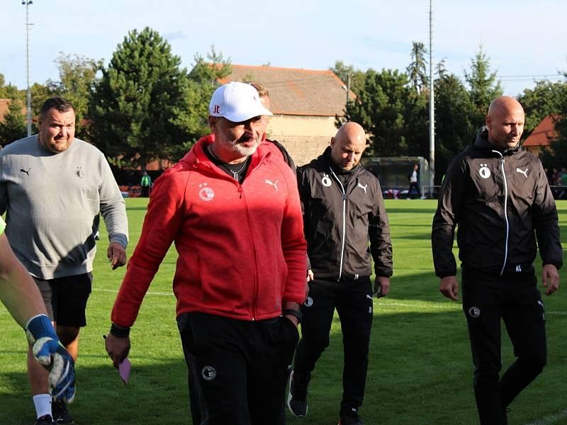 Fotbalová bomba tikala ve Velvarech, domácí ji ale neodpálili úplně a Slavia zápas o postup do osmifinále MOL Cupu zachránila. Vyhrála 4:2. Trenér Jindřich Trpišovský v poločase spokojen  nebyl.