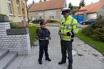 DOPRAVNÍ POLICISTÉ rozdávali dětem školní zápisníčky s bezpečnostními tématikou.