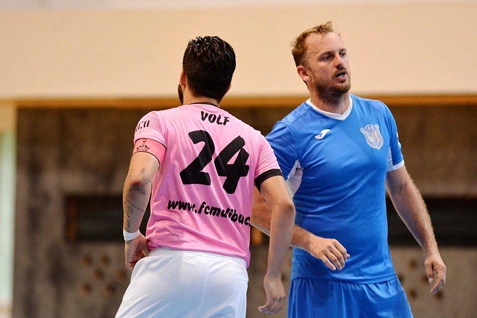 Malibu Mladá Boleslav (v růžovém) porazilo doma v poháru SK Kladno 5:3. Vpravo hostující Petr Šnídl.