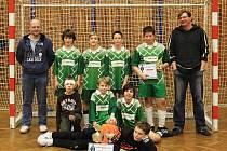 Vánoční turnaj OFS 2010 vyhráli ml. žáci Kablo Kročehlavy A. Navíc David Svoboda (s pohárkem vpravo nahoře) je nejlepším střelcem.