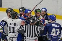 Kladenský útočník Antonín Melka v jedné ze strkanic v hokejovém zápase v Havířově.