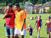 Hvězdy hrály pro Nikolku - Knovíz 16.6.2018. Saša Čambal a jeho slavný zeťák Marek Suchý