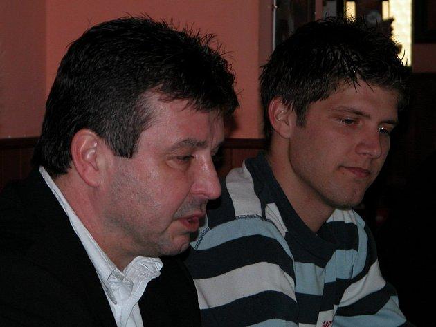 Sportovní ředitel Eduard Novák, za ním sedí jedna z největších posil týmu Radek Hochmeister.