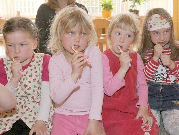 Děti z Mateřské školy v ulici Zd. Petříka v Kladně se učily, jak si správně čistit zuby.
