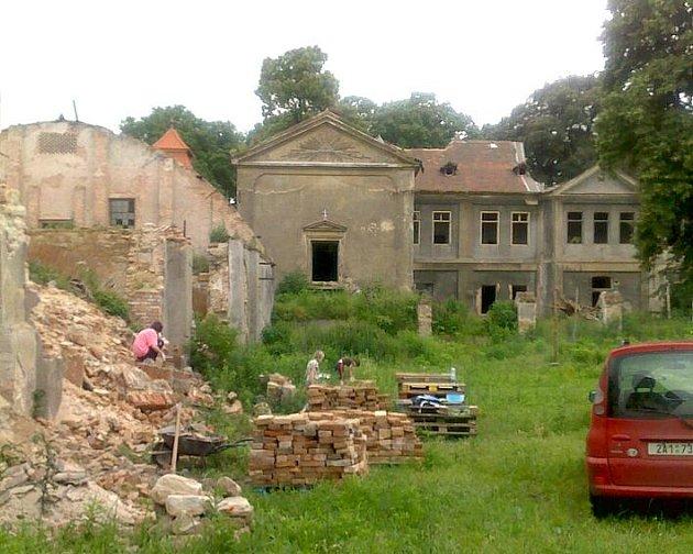 Na zámku v Kolči je ještě potřeba udělat velké množství práce. Prioritou jsou nyní krovy na hlavní budově.