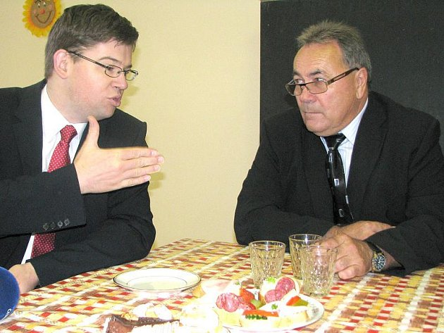 Ministr spravedlnosti Jiří Pospíšil v rozhovoru se starosou Kmetiněvsi Luďkem Kvapilem.