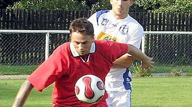 Jan Šubin (v červeném), na archivním snímku, dal za starény Tuchlovic tři góly do sítě bývalého klubu - Stochova.