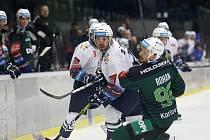 Hokejová extraliga, Kladno (v bílém) hostilo druhé Karlovy Vary. Dvougólový O´Donnell bojuje s Rohanem