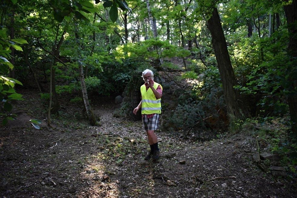 Natáčení špionážního seriálu v lesích u Bílichova.