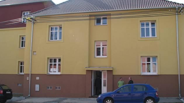 Bytový dům ve Velvarské ulici v Kladně-Švermově zdevastovali neplatiči. Město z něj nyní udělalo luxusní bydlení pro seniory. Sousední zničený dům pro 16 obyvatel čeká totéž.